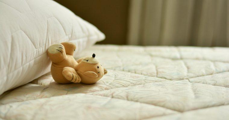 Masivní postel s úložným prostorem jako dominanta ložnice