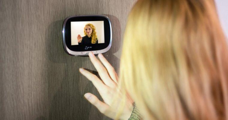 Kamera do kukátka je nenápadným strážcem domova