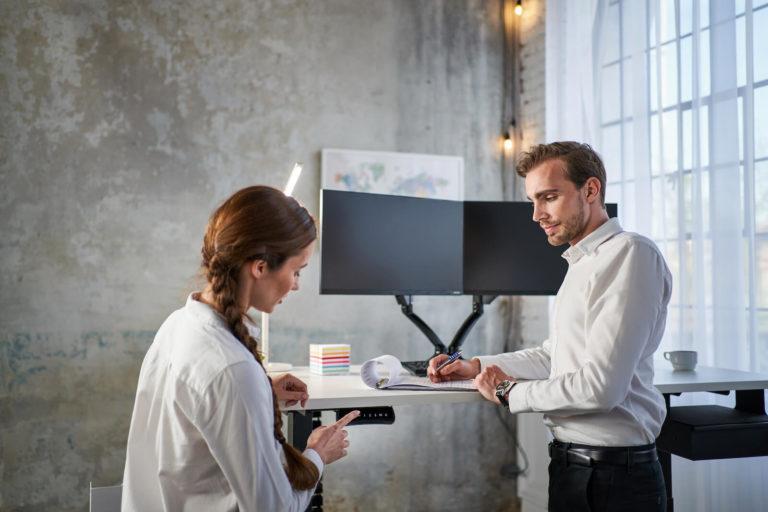 Polohovací stůl a vybavení pro zdravý homeoffice